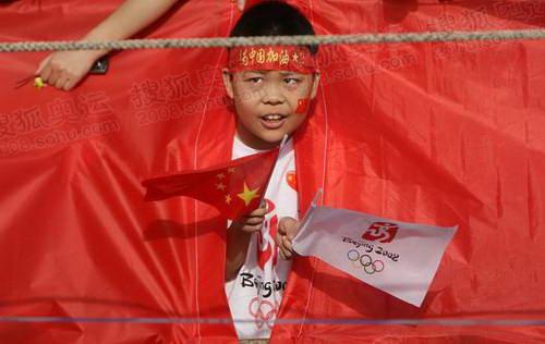 藏在国旗中的小男孩