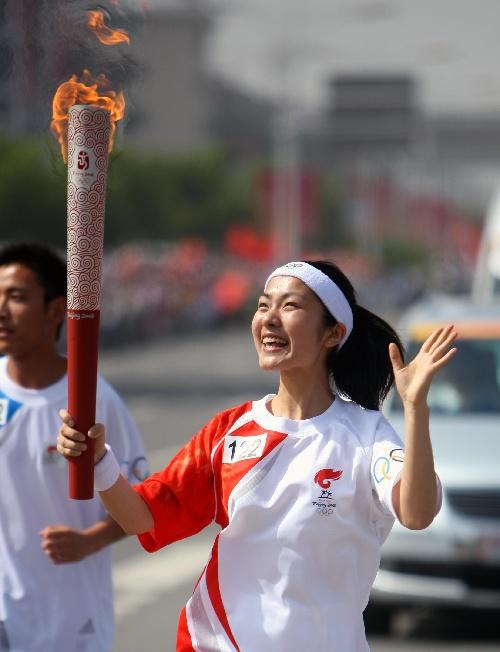 5月29日,奥运火炬手仝婷手持火炬传递。当日,北京奥运圣火在安徽芜湖传递。