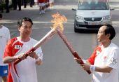 图文:奥运圣火芜湖传递 朱文中传递过程中交接