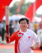 图文:奥运圣火芜湖传递 火炬手尹同耀手持火炬