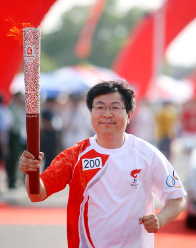 5月29日,奥运火炬手尹同耀手持火炬传递。当日,北京奥运圣火在安徽芜湖传递。