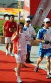 图文:奥运圣火在芜湖传递 尹同耀手持火炬传递