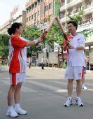图文:奥运圣火在芜湖传递 彭树杰与陈肥生交接