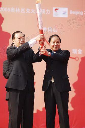 奥组江西省省长委领导把火炬交给