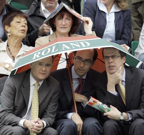 三人共用一把伞