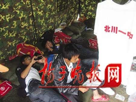帐篷成了北川中学的学生宿舍,在拥挤的空间内,同学们依偎着寻找安全的感觉。    郭小川 摄