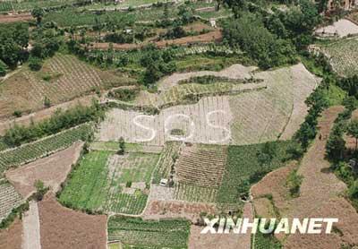 5月28日航拍的禹里乡部分,村民在山间田地发出求救信号。 新华社记者郭威摄