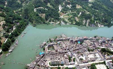 位于唐家山堰塞湖上游地区的北川禹里乡水位持续上涨,越来越多房屋被淹。 新华社 图