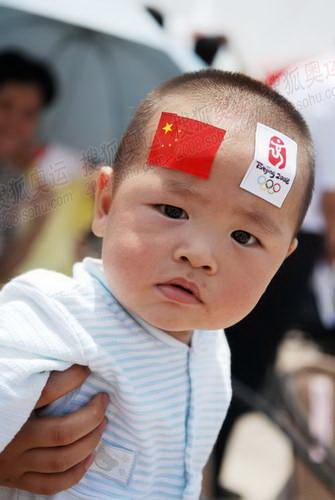 南昌火炬传递现场年龄只有十个月的宝宝为火炬传递加油助威
