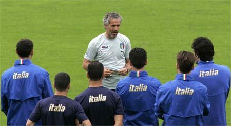 图文:意大利积极备战欧锦赛 多纳多尼讲解战术