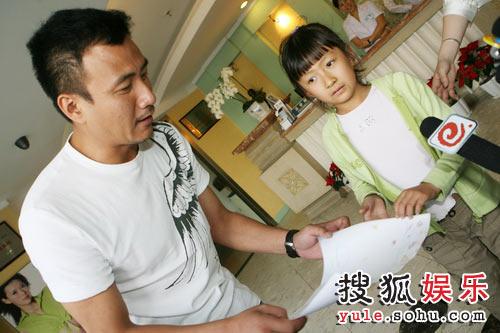 胡军携女儿到医院探访受灾儿童
