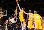 图文:[NBA]湖人VS马刺 双方中圈跳投