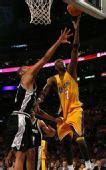 图文:[NBA]湖人VS马刺 奥多姆上篮
