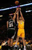 图文:[NBA]湖人VS马刺 加索尔面对邓肯跳投