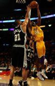 图文:[NBA]湖人VS马刺 科比双手上篮