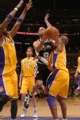 图文:[NBA]湖人VS马刺 帕克横冲直撞