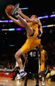 图文:[NBA]湖人VS马刺 法玛尔突入禁区