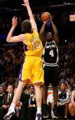 图文:[NBA]湖人VS马刺 加索尔扑向芬利