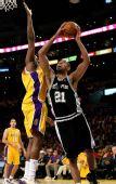 图文:[NBA]湖人VS马刺 邓肯强攻内线
