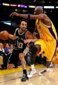 图文:[NBA]湖人VS马刺 吉诺比利加速突破