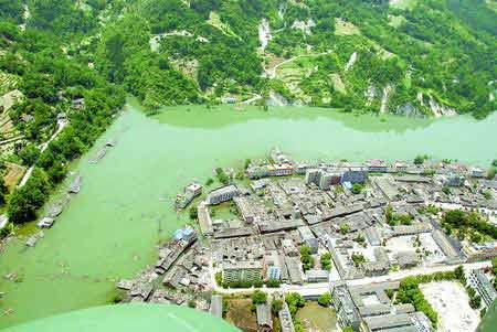 连日来,位于唐家山堰塞湖上游地区的北川县禹里乡水位持续上涨,越来越多的房屋、道路、农田被淹。图片来源:新华社