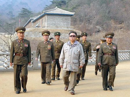 资料图:朝鲜最高领导人金正日强调,解决人民吃饭问题是最迫切的任务。朝鲜正面临粮食紧缺的困难。新华/路透