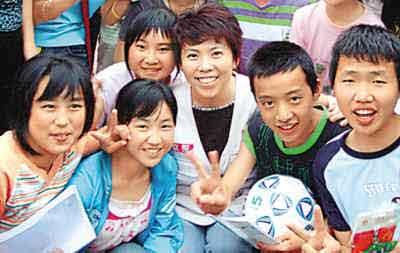 邓亚萍在给灾区儿童做心理辅导