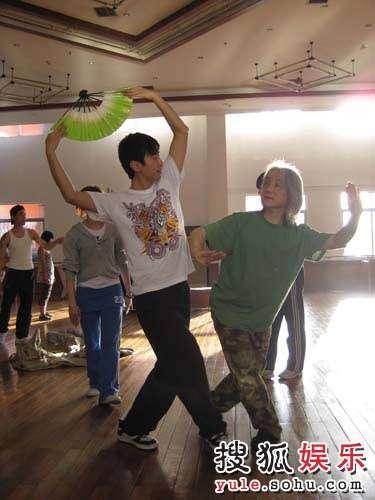舞蹈老师在旁指导