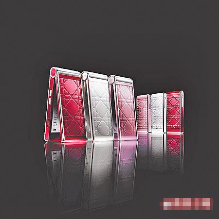 Dior Phone 14萬9500元,右邊為僅7公分高的迷你手機「My Dior」。