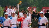 图文:丁俊晖担当绩溪首棒火炬手 与护跑员一起