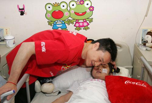 """可口可乐火炬手杨威和四川受伤儿童共度""""六一"""",并与儿童亲切交谈"""
