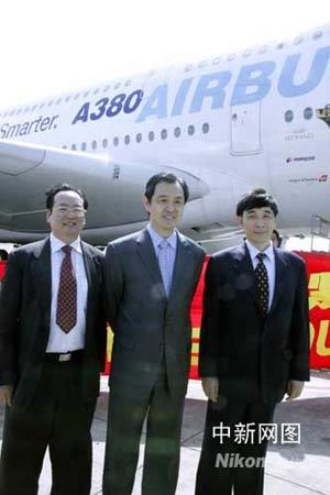 中国驻法国大使孔泉(中)等到机场送行