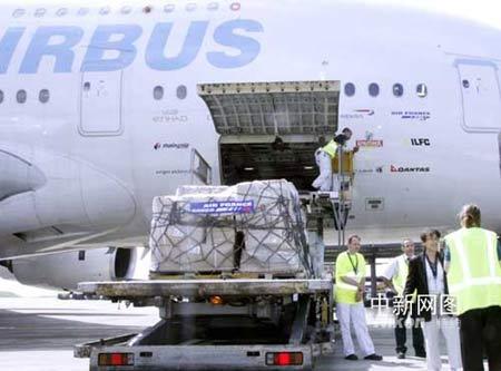 机场工作人员正在装载帐篷