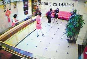 监视器显示,工作人员正在抓捕外籍疑犯。 邵权达 摄