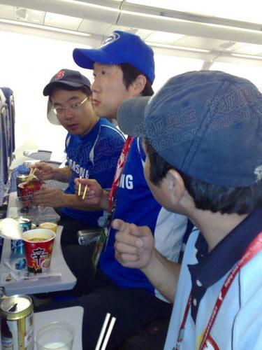 三星团队上飞机就吃辛拉面(手机拍摄)