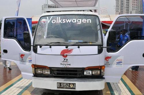 雅加达的媒体车是一辆铃木小卡车改装的,大众不忘帖自己的标志