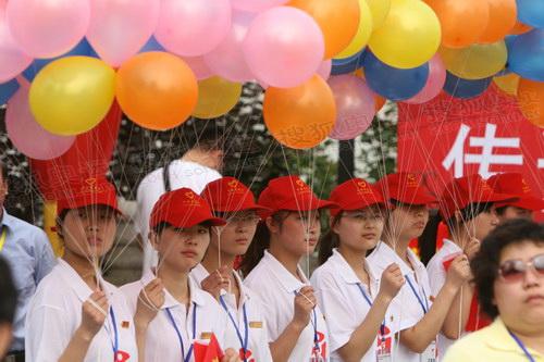14--现场放气球的女孩
