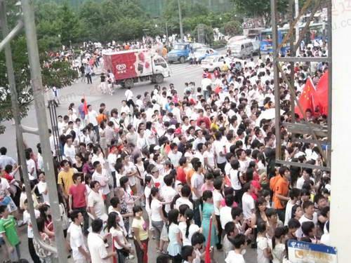 清早,码头前挤满了前来乘坐轮渡的市民。