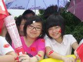 组图:奥运圣火传递武汉站 欢呼群众中的美少女