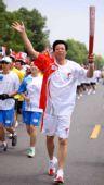 图文:奥运圣火在武汉传递 火炬手张仁江