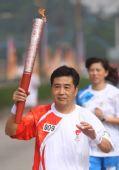 图文:北京奥运圣火在武汉传递 火炬手陈万成