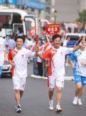 图文:北京奥运圣火在武汉传递 跳水冠军肖海亮