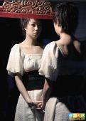 图文:张怡宁变身摩登女郎 对着镜子审视自己