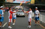 组图:奥运圣火在武汉传递 17棒排爆英雄传圣火