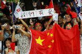 组图:奥运圣火传递武汉站 传递沿途红旗飘扬