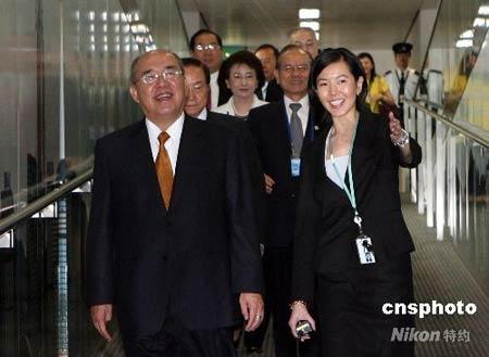 五月三十一日,中国国民党主席吴伯雄一行结束大陆访问行程,过境香港返台。图为吴伯雄一行抵达香港国际机场。 中新社发 武仲林摄
