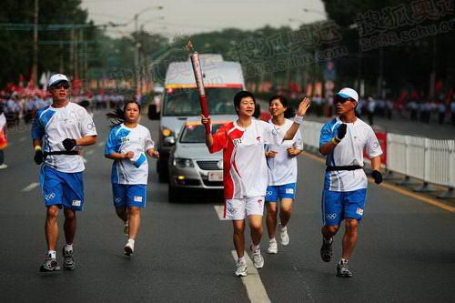 2008奥运会体操杨威_组图:奥运圣火在武汉传递 乒乓冠军陈静传圣火-搜狐2008奥运
