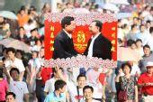 组图:热情武汉市民高举标语迎接圣火 心系灾区