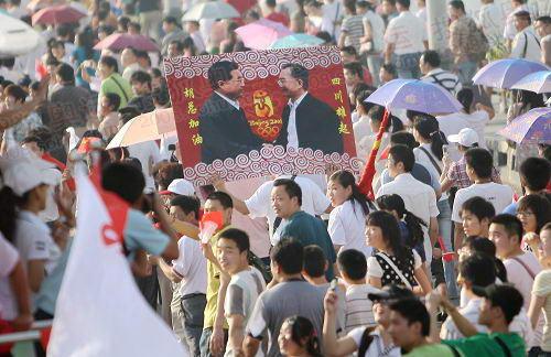 """武汉长江大桥上市民高举""""胡总加油,四川雄起""""的标牌2"""