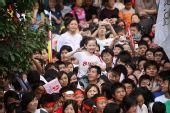 组图:奥运圣火在武汉传递 观看传递的老人儿童